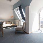 La arquitecta Martina Spiegl de RÄUME + BAUTEN transformó las suites del Hotel Schöne Aussicht, situado en Fráncfort, Alemania. Inspirada en la tranquilidad